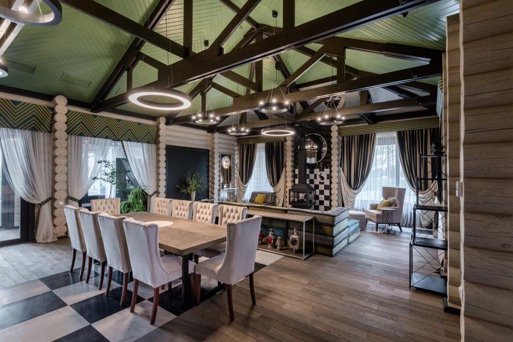 Интерьер деревянного ресторана в клубе