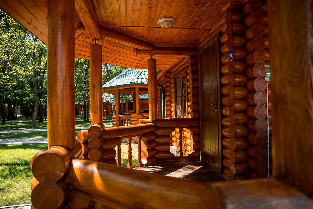 Деревянные гостиницы и дома для баз отдыха