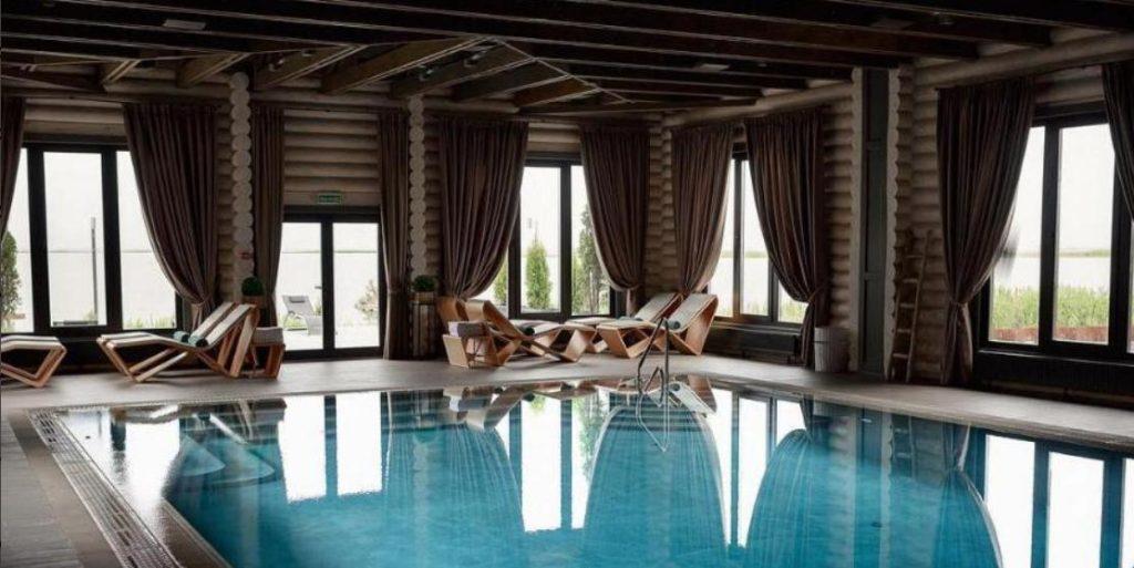 Дом из сруба с большим бассейном 2