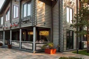 Современные гостиницы и отели из бревен