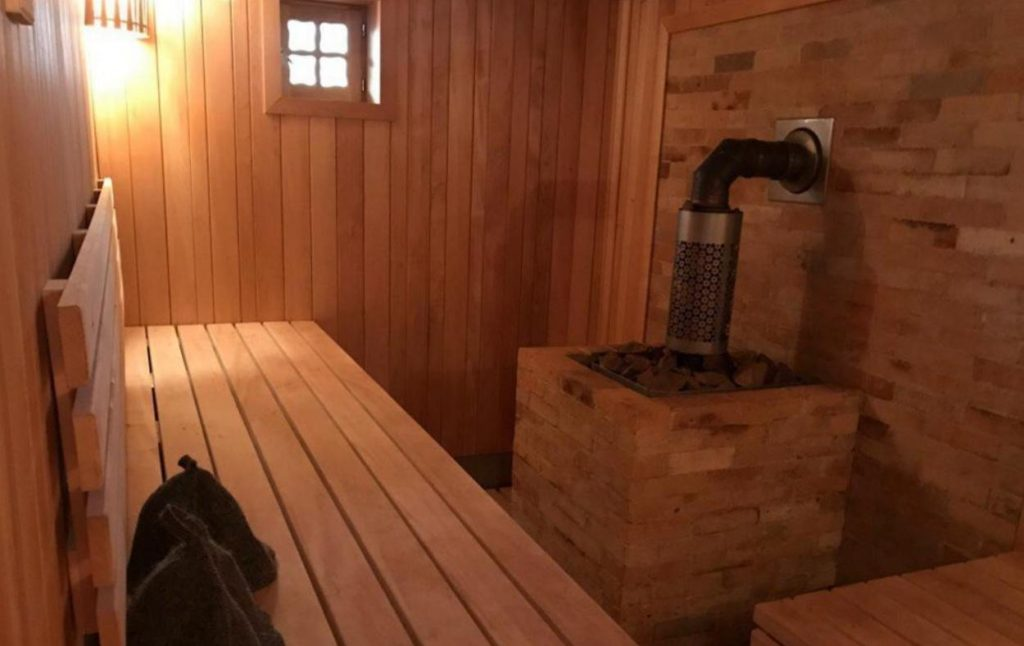 Парная в деревянной бане из сруба