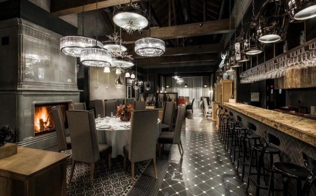 Система открытых стропил в дизайне ресторана