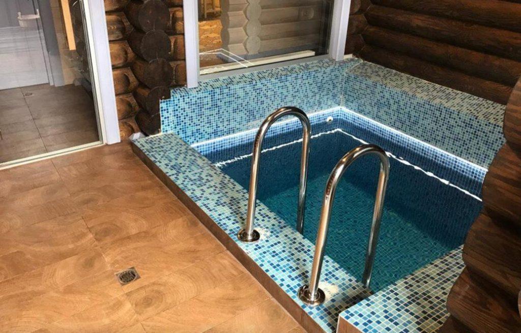 Небольшой бассейн в бане