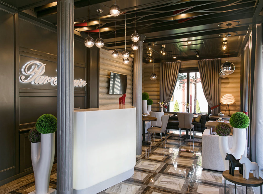 Деревянные панели в холе гостиницы