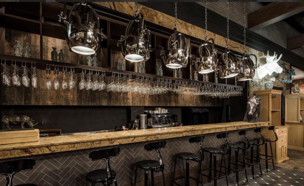 Деревянные панели в интерьере ресторана