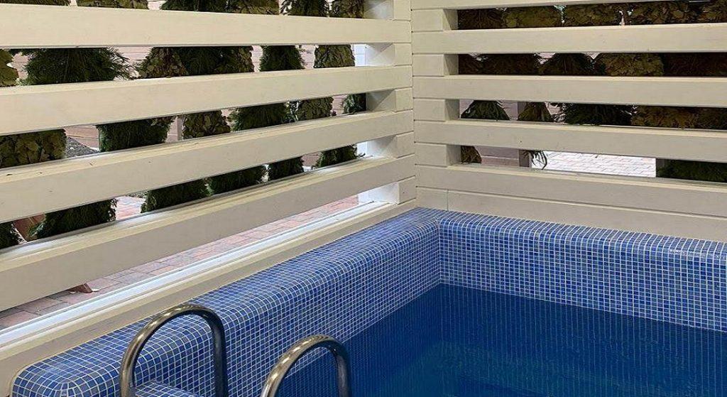 Фото маленького бассейна в банном комплексе гостиницы в Сочи