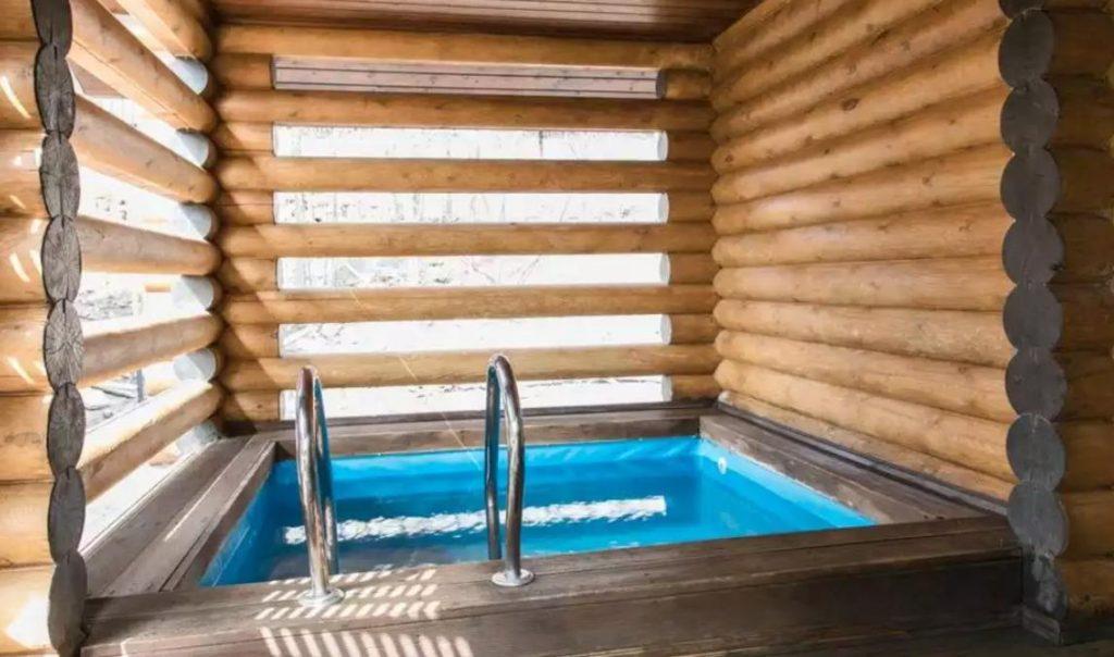 Красивый бассейн в бане из сруба
