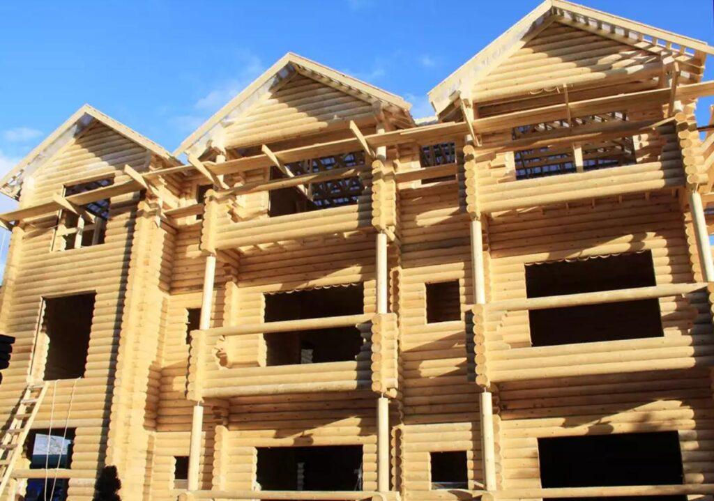 Трехэтажная деревянная гостиница