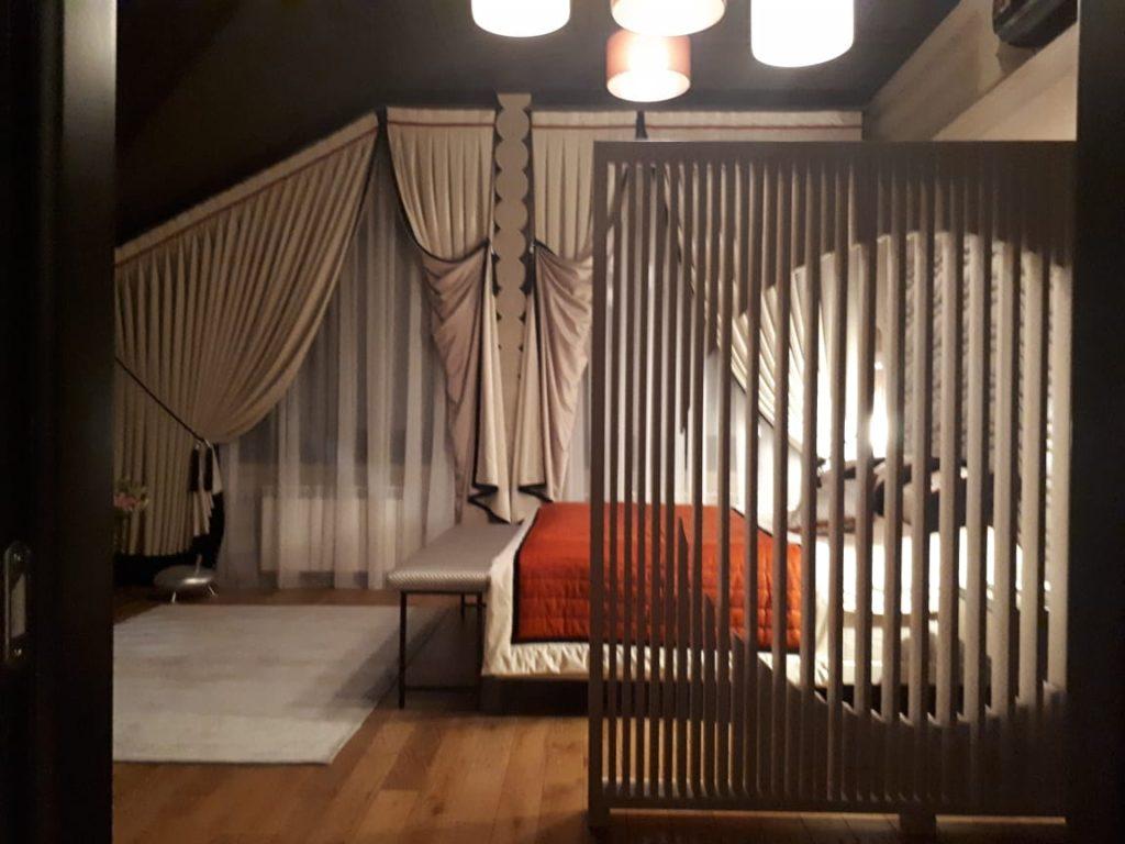 Интерьер спальни в доме из сруба