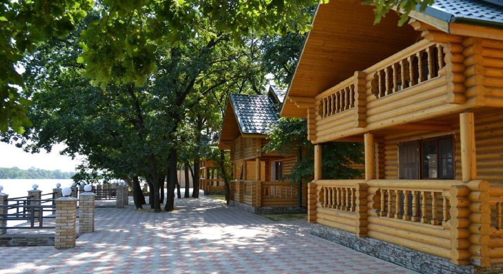 Мы проектируем и возводим одноэтажные и многоэтажные деревянные дома и беседки для баз отдыха
