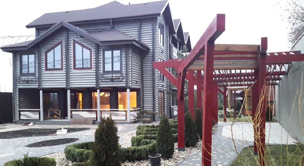 Современный деревянный отель из бревен