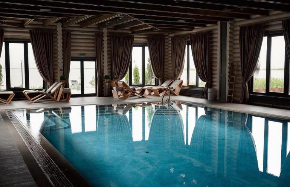 Фото бассейна с шезлонгами