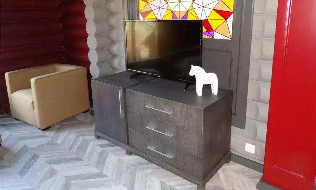 Деревянная мебель создает приятный интерьер