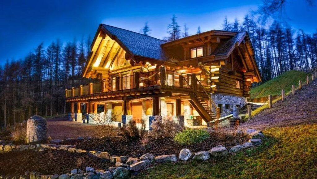 Дом из бревен в стиле дикой канадской рубки