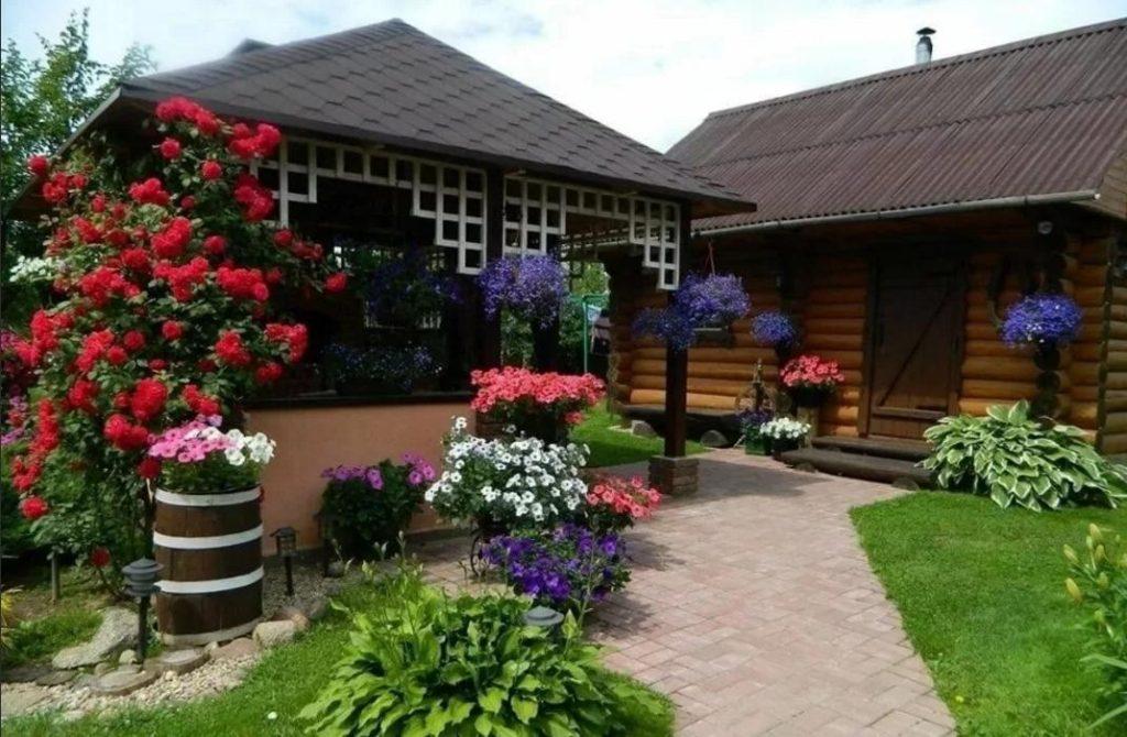 Красивый садовый домик и цветы