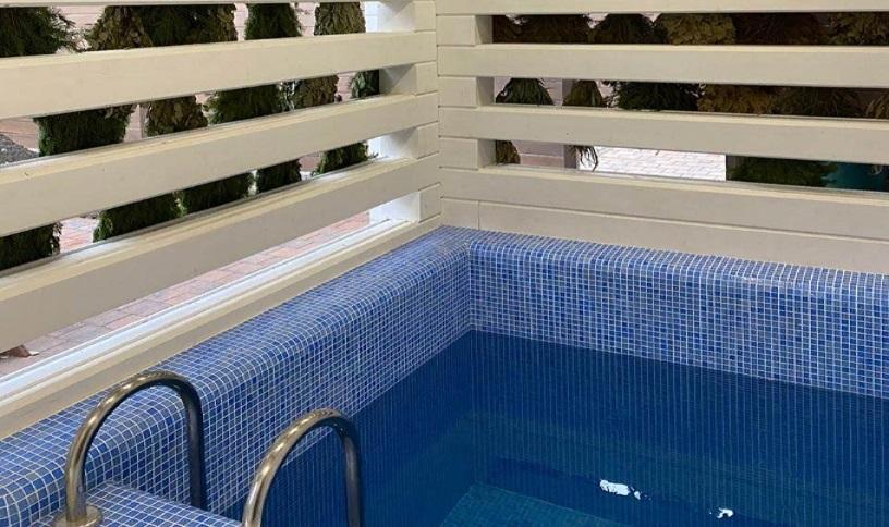 Маленький бассейн в коммерческой бане